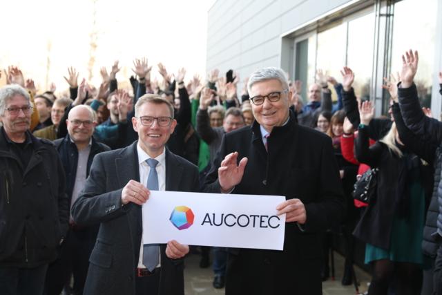 Die Vorstände Horst Beran und Uwe Vogt nach dem Durchschneiden des Eröffnungsbandes. (© AUCOTEC AG)